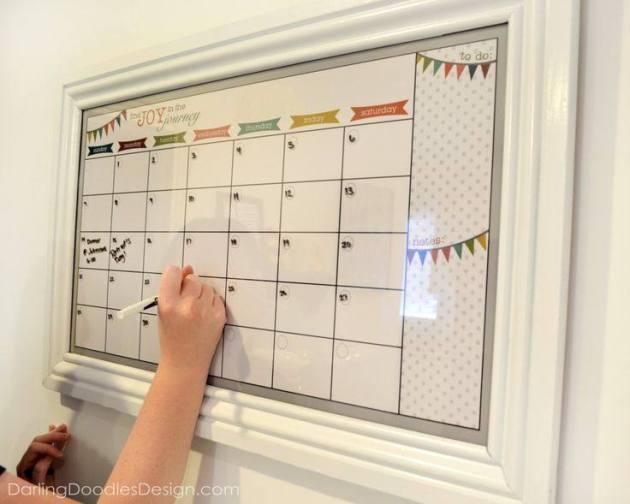 www.darlingdoodlesdesign.com.2013.05.diy-dry-erase-calendar